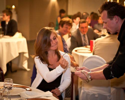 Goochelaar voor huwelijksfeest boeken tafelgoochelaar