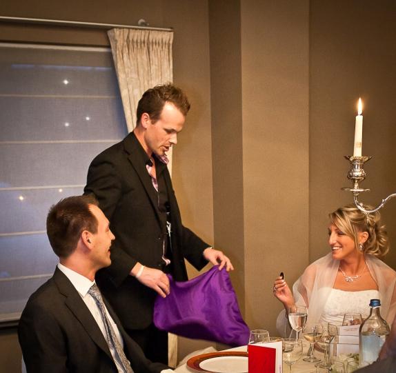 Goochelaar voor trouwfeest boeken tafelgoochelen bruidspaar